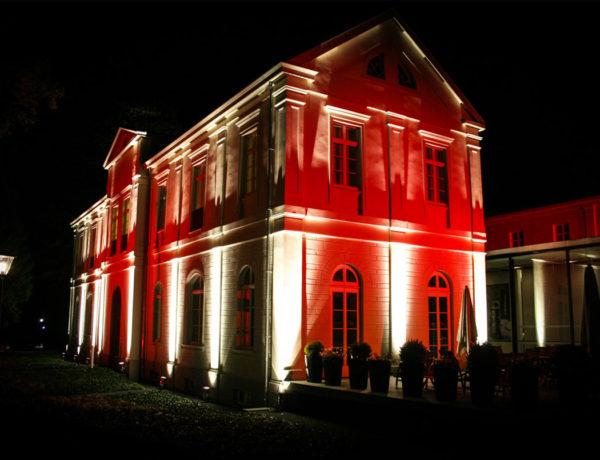 Max-Ernst-Museum Brühl beleuchtet in rot und weiß